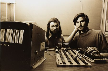 Apple.steve_wozniak_and_steve_jobs_with_apple_I.1976.102665473.lg